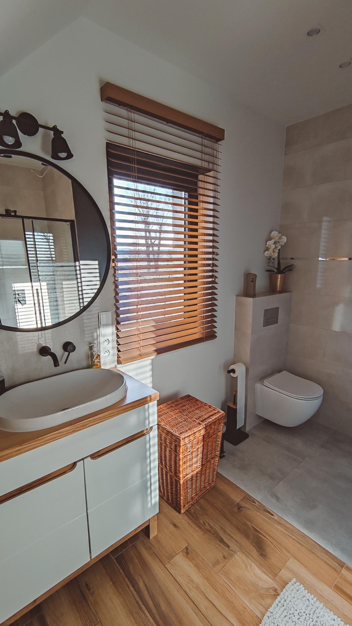 żaluzja drewniana 50mm w łazience