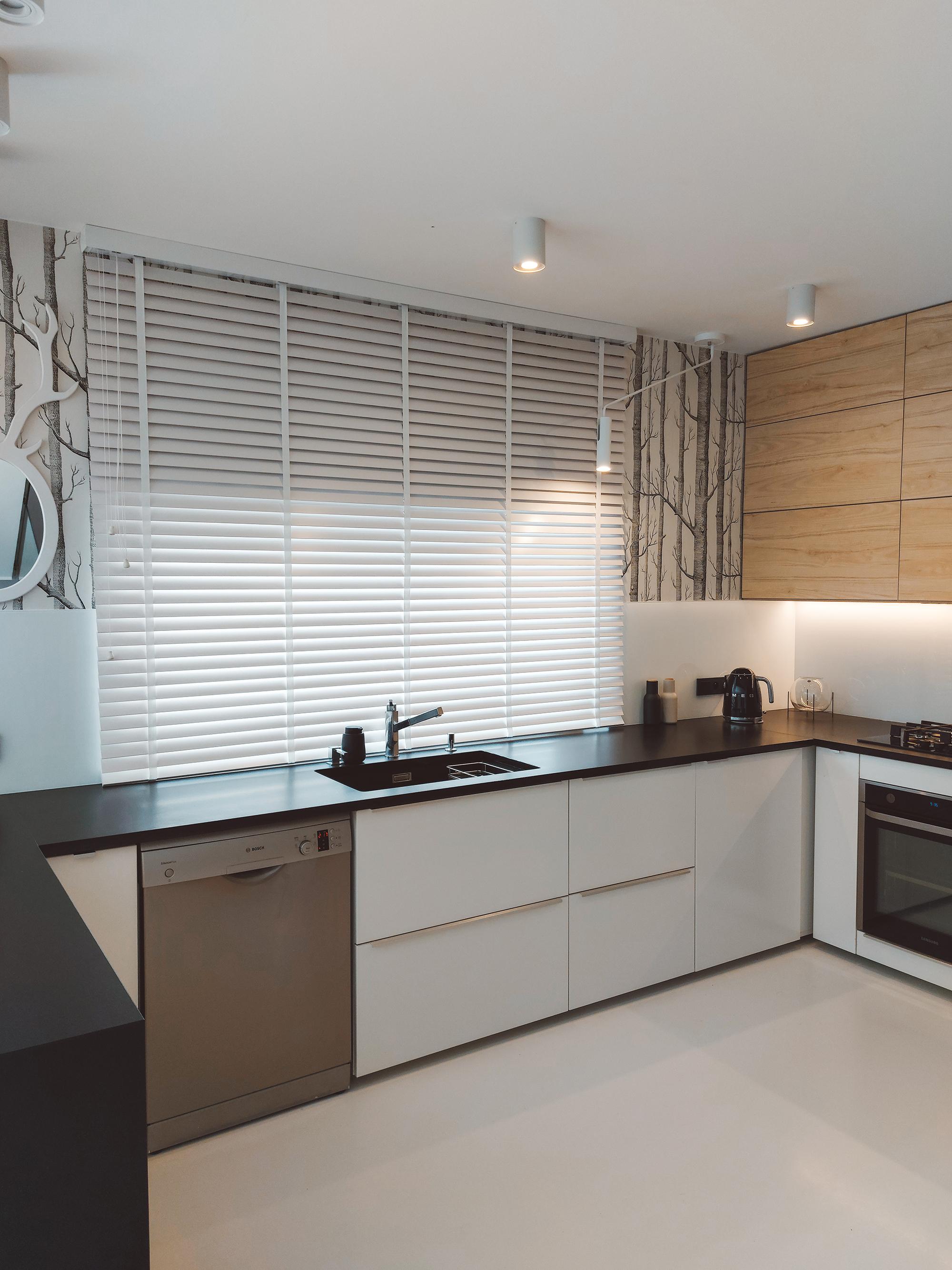 białe żaluzje drewniane w kuchni