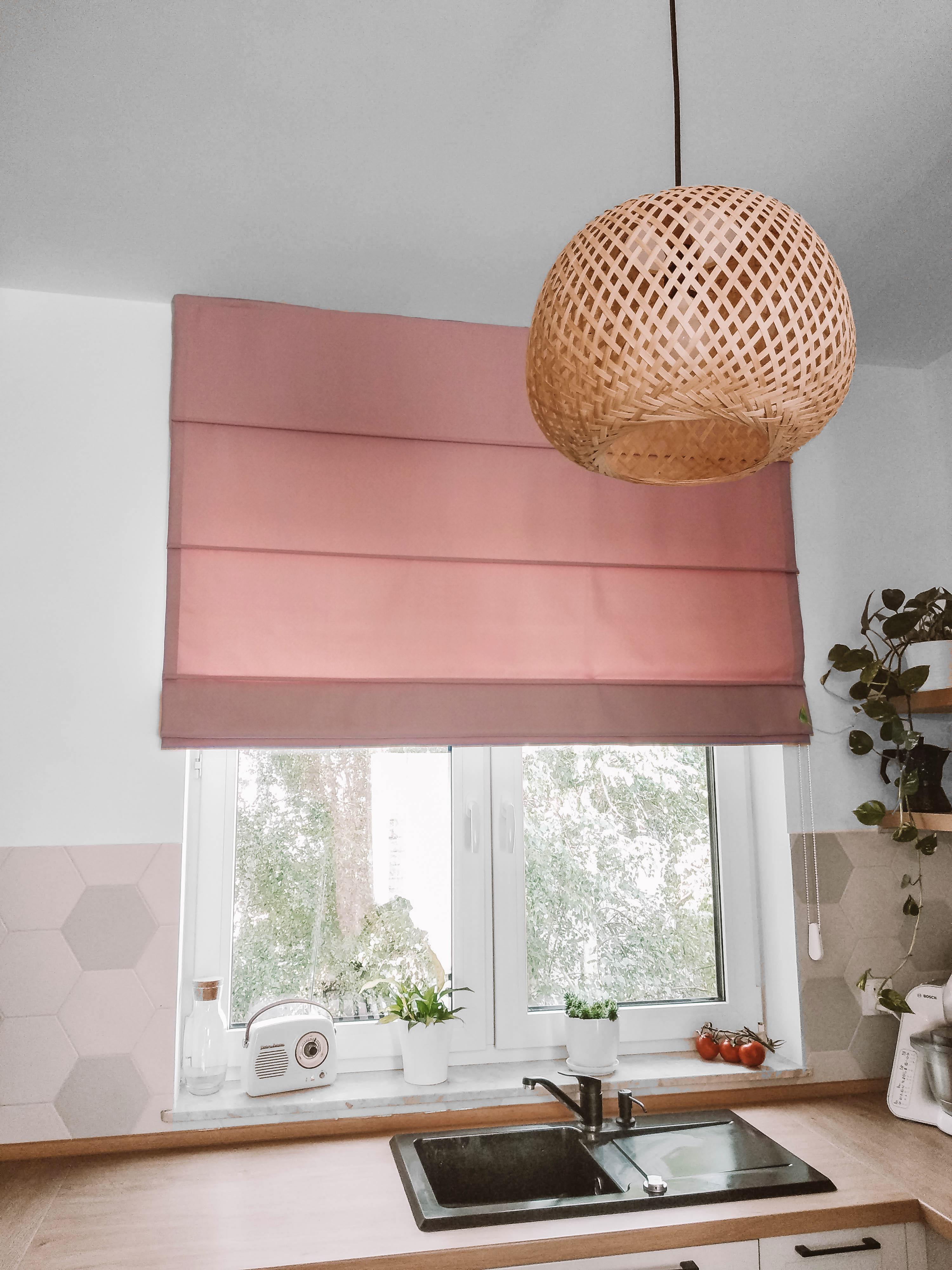 różowa roleta rzymska w kuchni nasze domowe pielesze